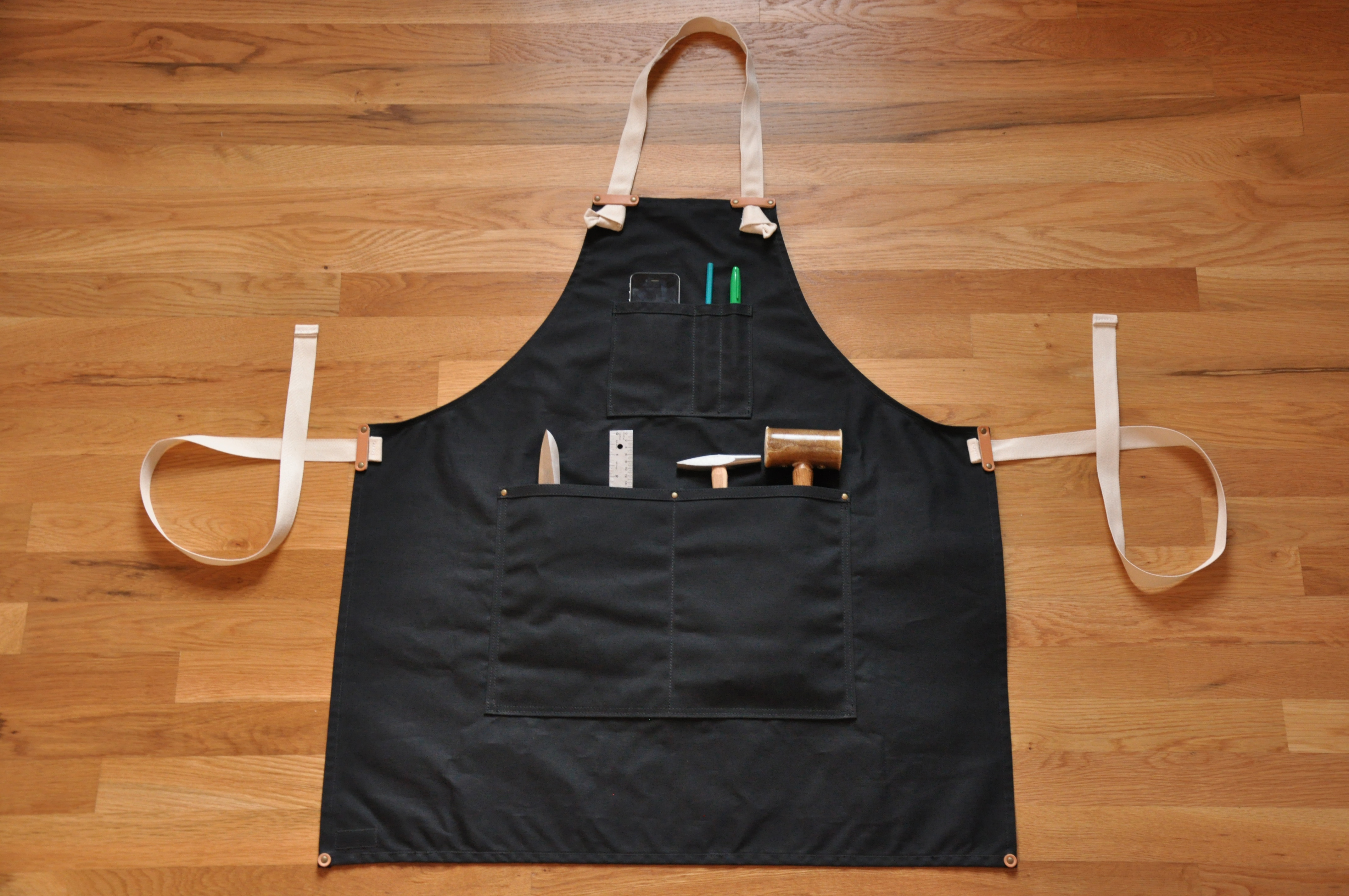 White apron black hands -  Apron Black Waxed Canvas Thumbnail 3