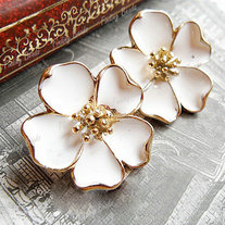 Cream_20flower_20earrings_medium