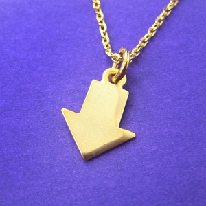Classic Arrow Shaped Pointer Signage Charm Necklace in Gold